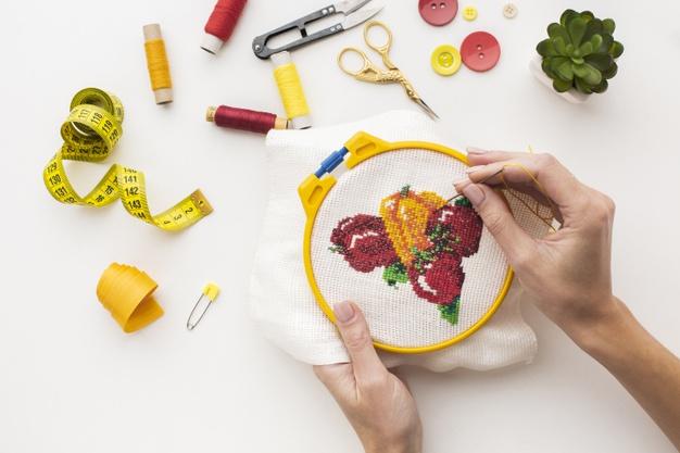 artesão em bordado à mão